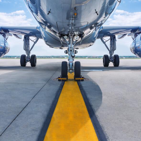 Ein Personenflugzeug wartet auf einer Start- und Landebahn auf den Abflug.