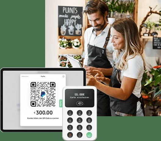 Ein Mann benutzt sein Handy zum Online-Einkauf und schaut sich die verschiedenen Möglichkeiten zum Bezahlen an