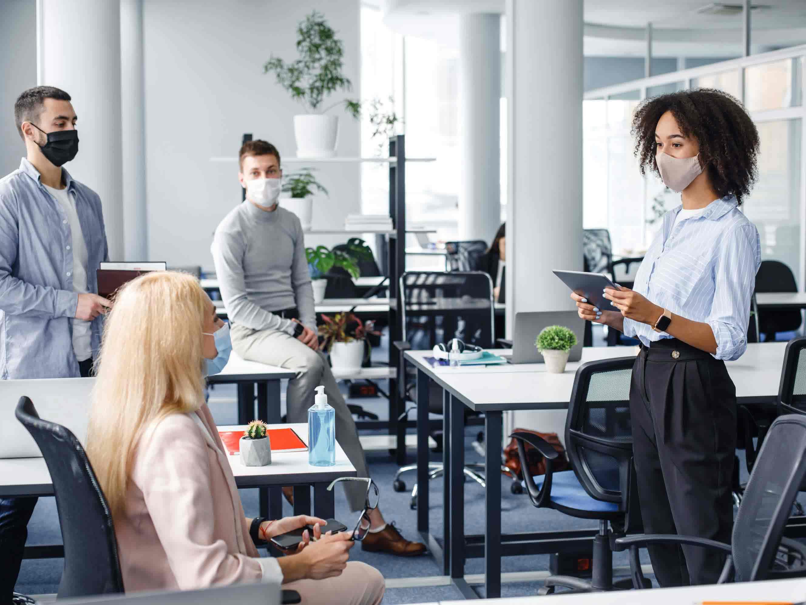 Vertreter aus den Bereichen Finanzen, Risiko und Betrieb treffen sich im Büro, um ihre Arbeit zu besprechen