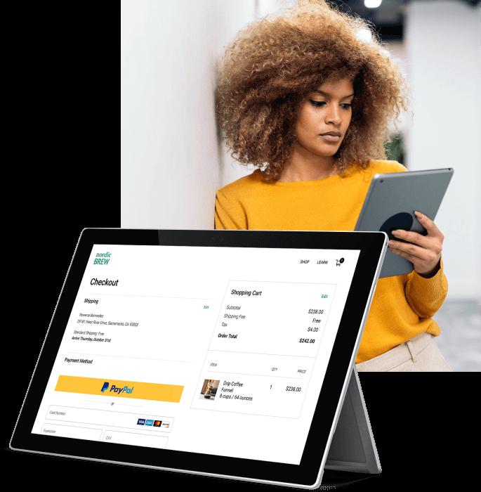 Eine Frau verwendet ihr Tablet, um einen Online-Einkauf mit PayPal zu tätigen